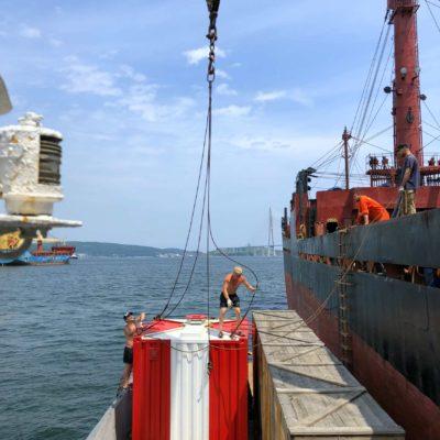 Перегрузка с баржи на судно